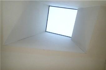 下から見上げた天窓