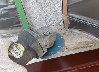 クラックが大きい場合はグラインダーで削ってから、亀裂を埋めます