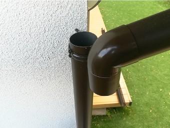 雨樋を取り外し詰まり箇所を切断します
