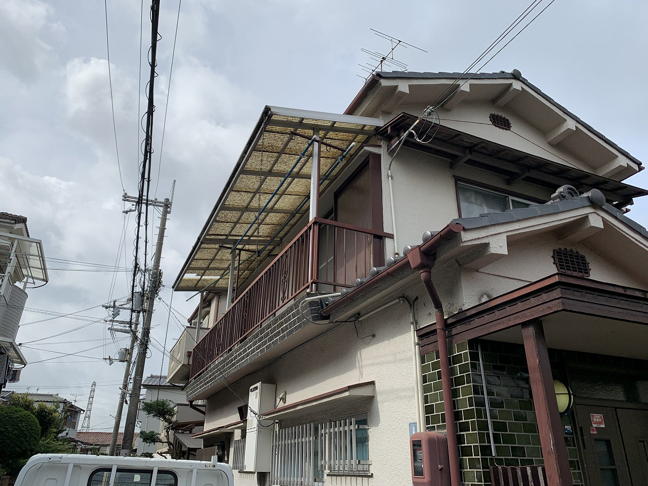 枚方市 青緑瓦二階建てのお宅台風被害によるベランダ波板の調査に伺いました