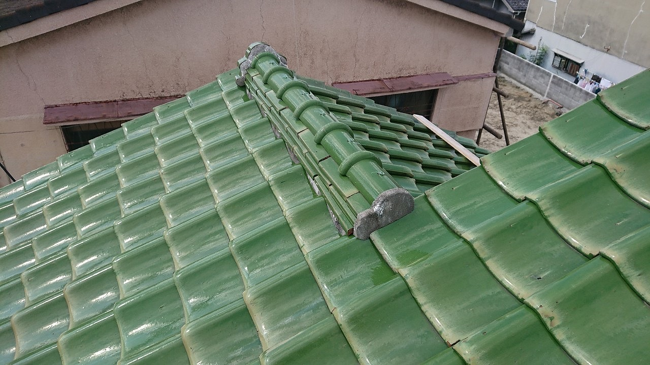 大阪市 ウグイス色の瓦の修繕工事です。棟瓦・壁際のし瓦・地瓦の補修