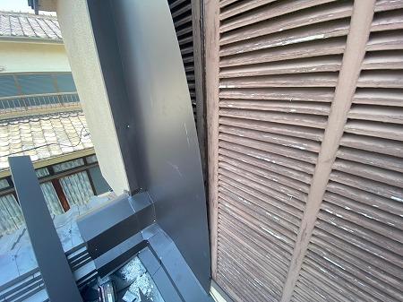 寝屋川市 下屋根の瓦と壁の戸袋部分のとの取り合いに難あり!雨漏りしてるので板金加工で雨漏りを解消!