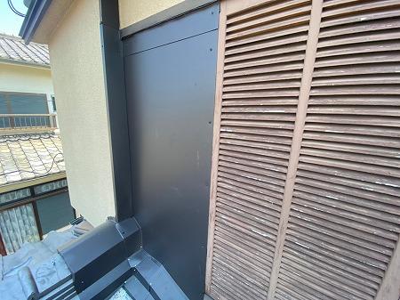 雨戸、戸袋の入り口を板金で塞ぎました。