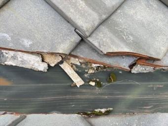 枚方市 屋根点検、谷の漆喰割れ