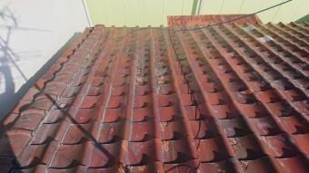 割り付け上、冠瓦が葺かれてる部分にコーキングがべっとり塗られています。