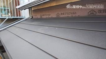 下屋根にもガルテクトを葺上げ、壁際の仕舞をします。