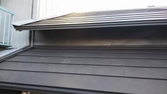 下屋根の土壁部分も鋼板を全面に貼りました。