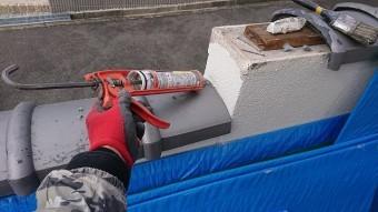 壁の取り合い部分も止水のコーキングを塗布します。
