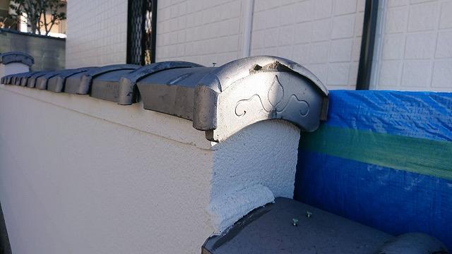 塀の瓦の端部の瓦も割れ、カケが見られます。