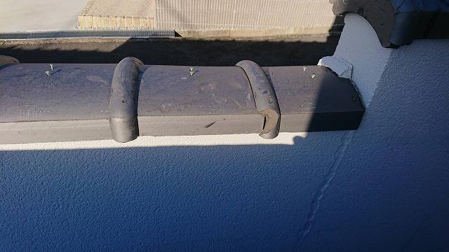 段のある止まり部分の塀瓦も割れていますね。