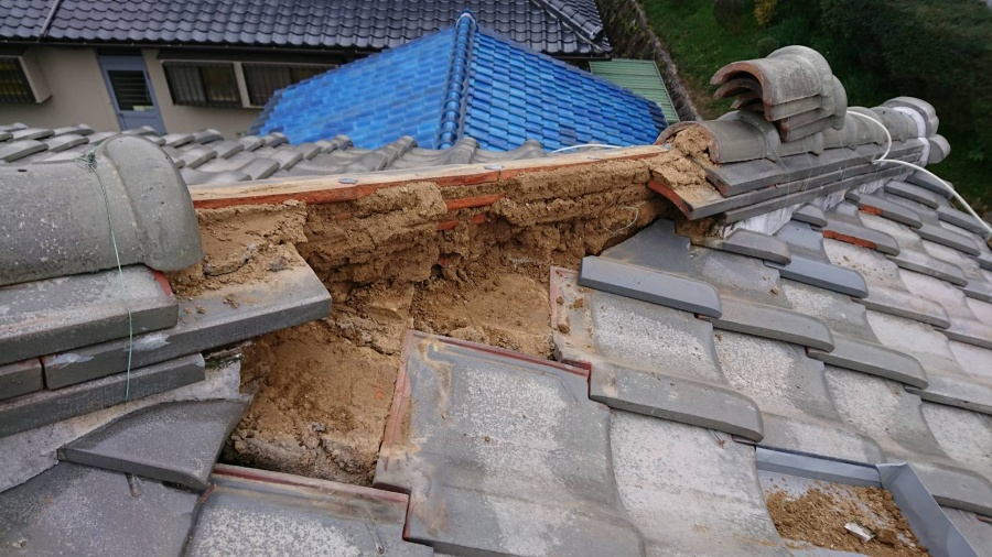 棟下の瓦を交換するので、棟瓦をバラします。