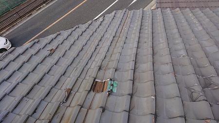 所々われている桟瓦に板金を差して応急処置がなされてます。