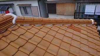 勾配とつけながら棟のノシ瓦を積み上げます。