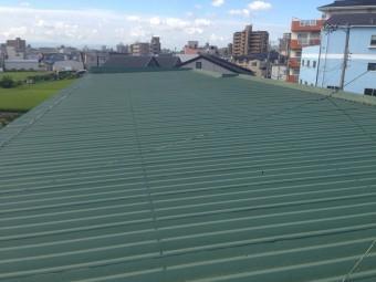 倉庫の折板屋根全景です。