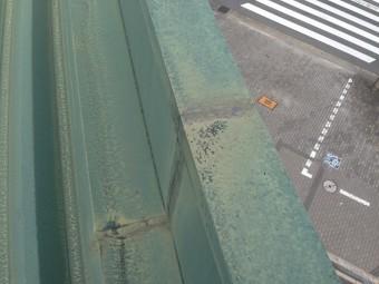 パラペット板金の繫ぎ目から雨漏り