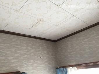 天井に雨漏りによるシミが