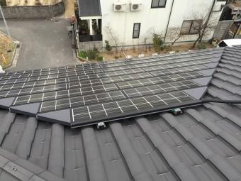 屋根面にはソーラーが設置されています。