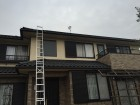 梯子を掛けて屋根に上ります。