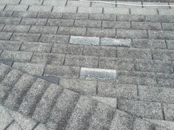 シングル屋根材が飛散しています。