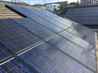 屋根面には太陽光ソーラーが取り付けてあります。