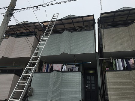 3階建ての屋根にハシゴを設置