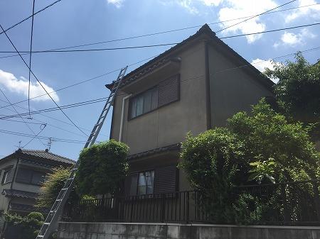屋根にあがるにはハシゴをかけます。