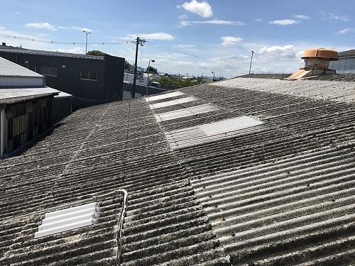 古くなった工場のスレート屋根
