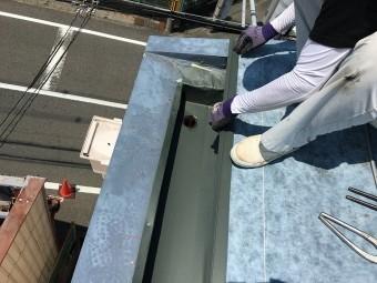箱樋にガルバリウム鋼板の板金を施工