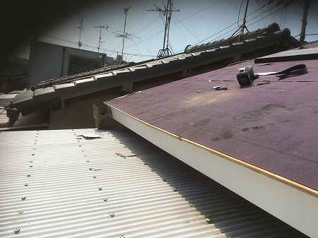 寝屋川市でいぶし瓦からカラーベストへ葺き替え、軒天部も補修しました。