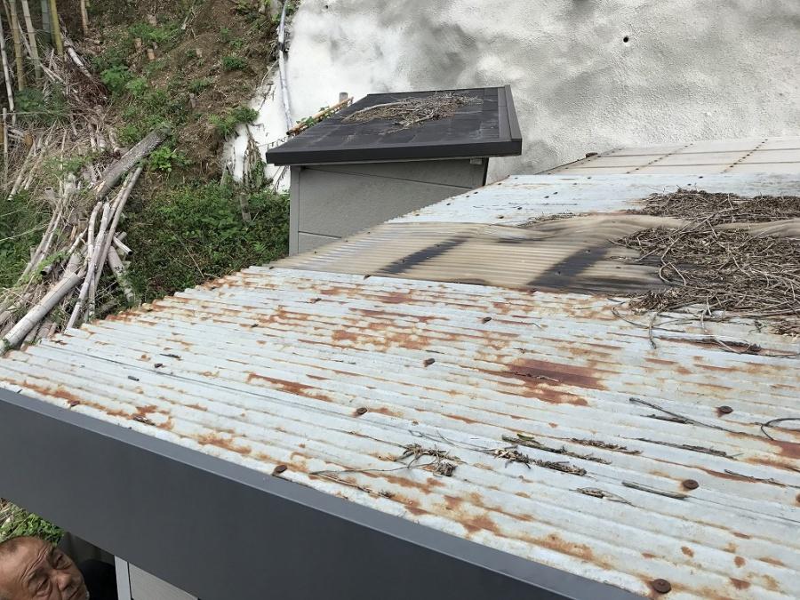 波板鋼板が錆びています。