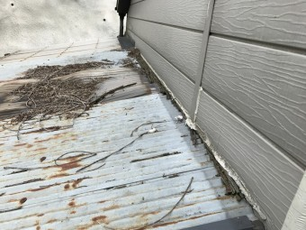 壁際の板が朽ちてコーキングが切れています。