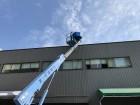 高所作業車で屋根にあがります。