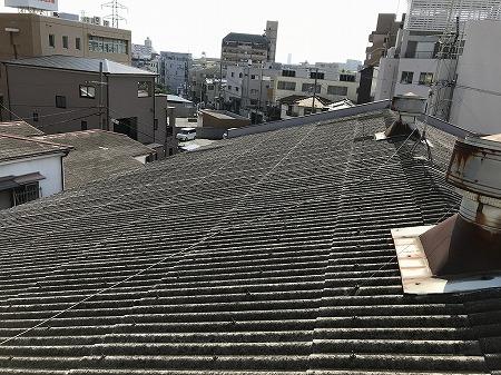 元の屋根材は波型スレートです。
