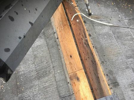 棟包板金を留め付ける下地木に不備があります。