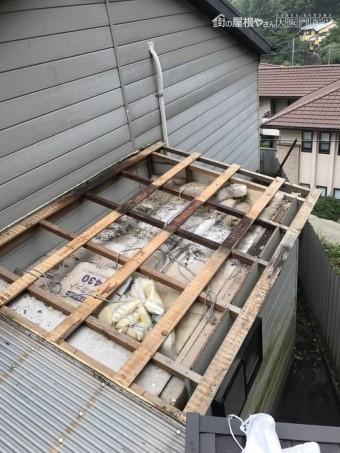 まず古い波板鋼板をはがします。