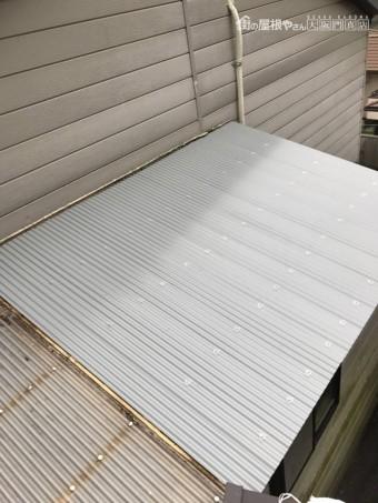 新しいガルバリウムの波板鋼板をはります。
