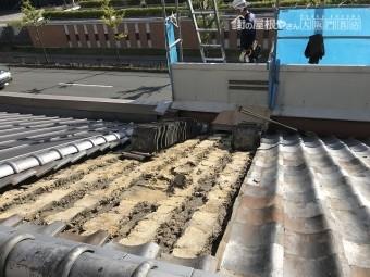 瓦はめくると大量の土が出てきます。
