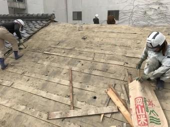 葺土を取ると、土止めの桟木を取り除きます。