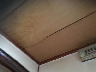 雨漏りで垂れてきた天井板