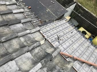 飛散した瓦が落ちて、下屋根の瓦が割れています。