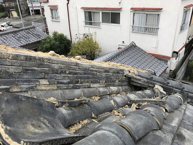 強風で瓦が飛散した降り棟です。