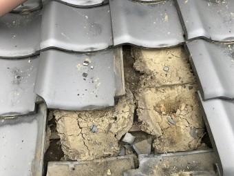 下屋根の割れた瓦を交換します。