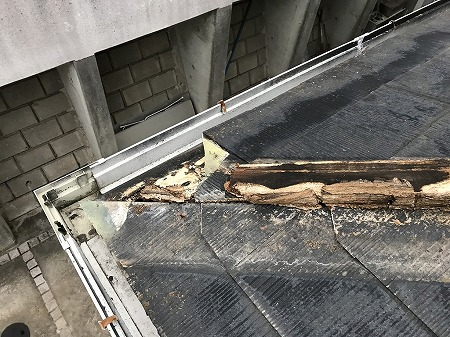 貫板と一緒に軒先瓦も割れています
