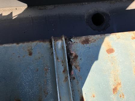 瓦棒の鋼板も錆びて穴があいています。