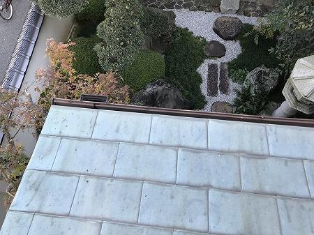 庇部分から中庭を望みます。