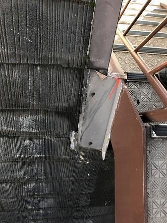 屋根の横に鉄骨階段があります。