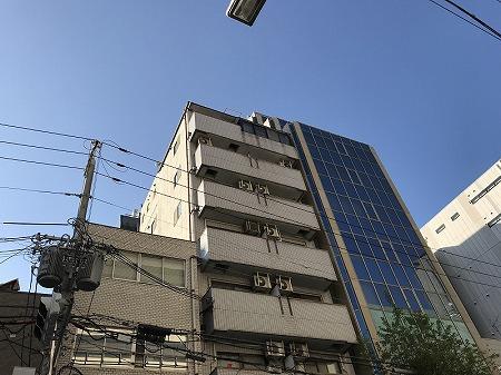 中央区の8階建てのマンションです。