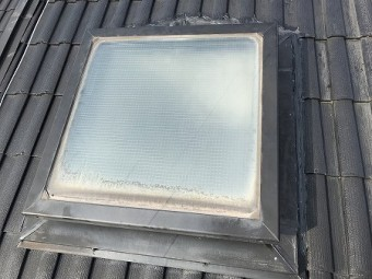 天窓まわりにはコーキングで補修さえています。