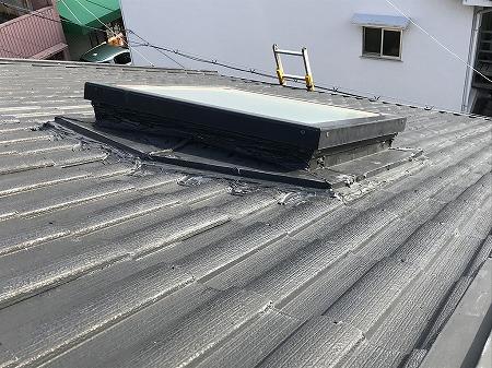 天窓の瓦との水切り板金です。