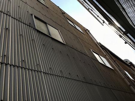 工場の波型スレートの壁面です。